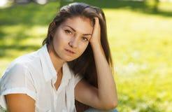 Портрет молодой красивой женщины на зеленой предпосылке лета Стоковая Фотография