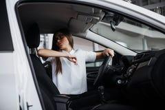 Портрет молодой красивой женщины сидя в автомобиле Стоковые Фото