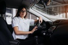 Портрет молодой красивой женщины сидя в автомобиле Стоковое фото RF