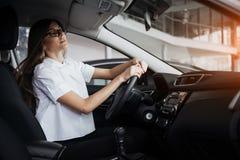 Портрет молодой красивой женщины сидя в автомобиле Стоковое Фото