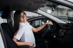 Портрет молодой красивой женщины сидя в автомобиле Стоковое Изображение RF