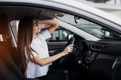 Портрет молодой красивой женщины сидя в автомобиле Стоковая Фотография RF