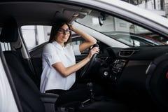 Портрет молодой красивой женщины сидя в автомобиле Стоковая Фотография