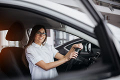 Портрет молодой красивой женщины сидя в автомобиле Стоковые Изображения