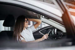 Портрет молодой красивой женщины сидя в автомобиле Стоковые Фотографии RF