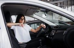 Портрет молодой красивой женщины сидя в автомобиле Стоковое Изображение