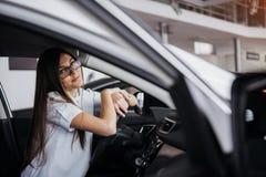 Портрет молодой красивой женщины сидя в автомобиле Стоковые Изображения RF