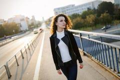 Портрет молодой красивой женщины стоя на мосте Стоковые Фотографии RF