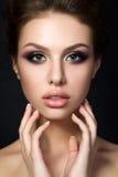 Портрет молодой красивой женщины с вечером составляет стоковая фотография rf