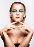 Портрет молодой красивой женщины с зеленым влажным сияющим составом стоковая фотография rf