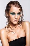 Портрет молодой красивой женщины с зеленым влажным сияющим составом стоковые фотографии rf