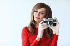 Портрет молодой красивой женщины с камерой фото в ретро хлеве Стоковая Фотография