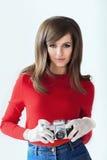 Портрет молодой красивой женщины с камерой фото в ретро хлеве Стоковое Изображение
