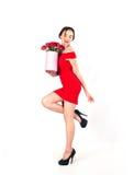 Портрет молодой красивой женщины с коробкой цветков представляя в росте студии полностью букет цветков в подарочной коробке белое Стоковые Изображения RF