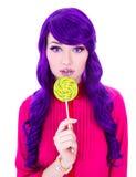 Портрет молодой красивой женщины с фиолетовыми волосами, леденцом на палочке и Стоковое Изображение