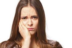 Портрет молодой красивой женщины с toothache Стоковые Фото