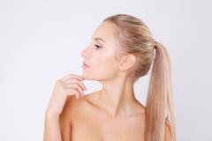 Портрет молодой красивой кавказской женщины изолированной над серой предпосылкой Сторона чистки, совершенная кожа терапия спы леп стоковые фото