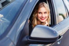 Портрет молодой красивой усмехаясь девушки в автомобиле Стоковая Фотография RF