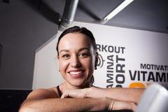 Портрет молодой красивой усмехаясь девушки в спортзале стоковое фото