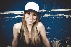Портрет молодой красивый представлять девушки конькобежца Стоковые Фотографии RF