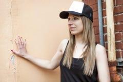 Портрет молодой красивый представлять девушки конькобежца Стоковые Изображения RF