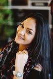 Портрет молодой мечтая девушки в кафе Красивая девушка сидит в кофейне и взгляды, девушка усмехаясь, вручают около стороны Стоковая Фотография