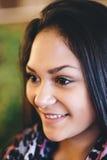Портрет молодой мечтая девушки красивейший усмехаться девушки Стоковое Фото