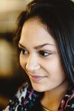Портрет молодой мечтая девушки красивейший усмехаться девушки Стоковые Фотографии RF