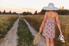 Портрет молодой милой девушки одел в яркой шляпе Стоковое Фото