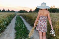 Портрет молодой милой девушки одел в яркой шляпе Стоковая Фотография RF