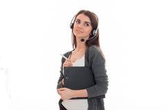Портрет молодой милой девушки работника центра телефонного обслуживания при наушники и микрофон изолированные на белой предпосылк Стоковое фото RF