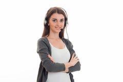Портрет молодой милой девушки работника центра телефонного обслуживания с наушниками и представлять микрофона изолированной на бе Стоковое фото RF