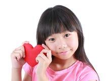 Портрет молодой милой девушки с красным сердцем Стоковое Изображение