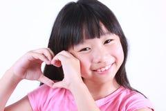 Портрет молодой милой девушки с красным сердцем Стоковое Фото