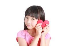 Портрет молодой милой девушки с красным сердцем Стоковая Фотография RF