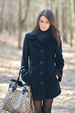 Портрет молодой милой женщины с сумкой стоковые фотографии rf