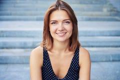 Портрет молодой милой женщины усмехаясь на камере Стоковые Фотографии RF