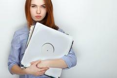 Портрет молодой милой женщины redhead нося голубую striped рубашку усмехаясь с счастьем и утехой пока представляющ с aga показате Стоковое Изображение