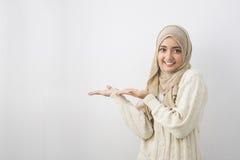 Портрет молодой мусульманской женщины показывая пустую область стоковые изображения rf