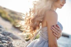 Портрет молодой невесты на береге моря Стоковая Фотография RF