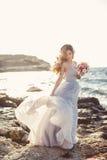 Портрет молодой невесты на береге моря Стоковое Изображение