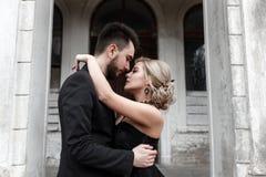 Портрет молодой пары в черных костюме и платье венчание Стоковое Фото