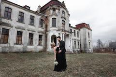 Портрет молодой пары в черных костюме и платье венчание Стоковая Фотография