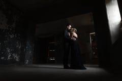 Портрет молодой пары в черных костюме и платье венчание Стоковые Изображения RF
