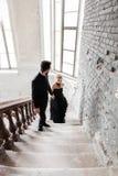 Портрет молодой пары в черных костюме и платье венчание Стоковые Изображения