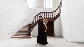 Портрет молодой пары в черных костюме и платье венчание Стоковые Фотографии RF