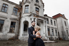 Портрет молодой пары в черных костюме и платье венчание Стоковые Фото