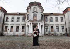 Портрет молодой пары в черных костюме и платье венчание Стоковая Фотография RF