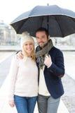 Портрет молодой пары на праздниках под дождем Стоковое Фото