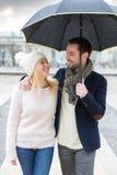 Портрет молодой пары на праздниках под дождем Стоковые Фотографии RF